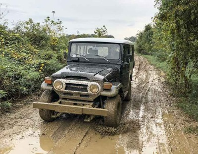 mud driving Land Cruiser